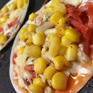 ホットプレートでお好み焼きな晩ご飯。最後に餃子の皮にケチャップ、紅ショウガ、キャベツ、コーン、チーズをトッピングして、餃子の皮ピザぽいの作ってみたら…予想以上に旨いっ!ついつい食べ過ぎてしまったよww#ホットプレート #ピザ風 #餃子の皮ピザ #想像以上に旨い|Instagram