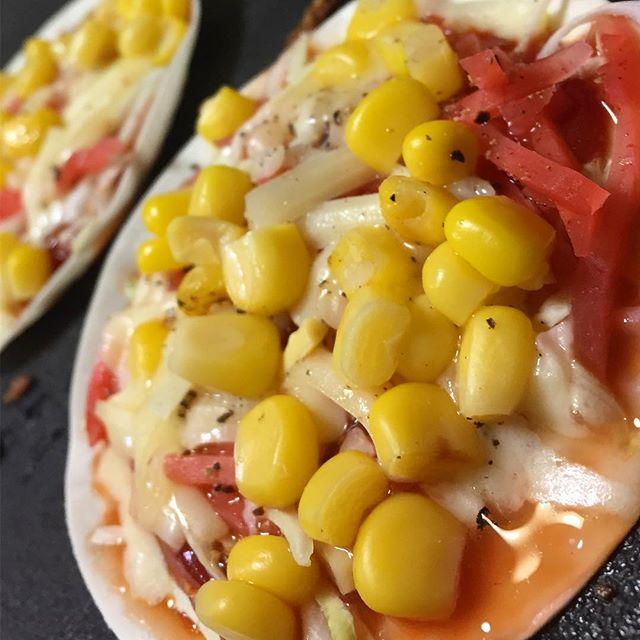 ホットプレートでお好み焼きな晩ご飯。最後に餃子の皮にケチャップ、紅ショウガ、キャベツ、コーン、チーズをトッピングして、餃子の皮ピザぽいの作ってみたら…予想以上に旨いっ!ついつい食べ過ぎてしまったよww#ホットプレート #ピザ風 #餃子の皮ピザ #想像以上に旨い Instagram