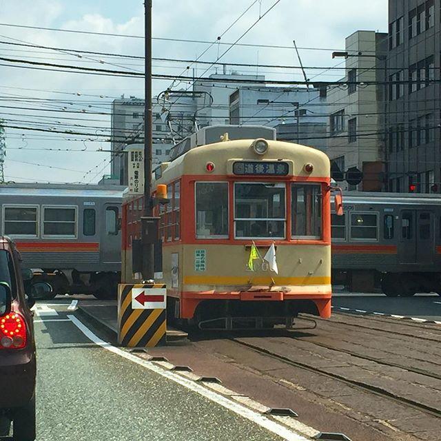 大手町駅でのダイヤモンドクロス。本日見るの、2回目ww#伊予鉄道 #ダイヤモンドクロス #路面電車 #直交する線路 Instagram