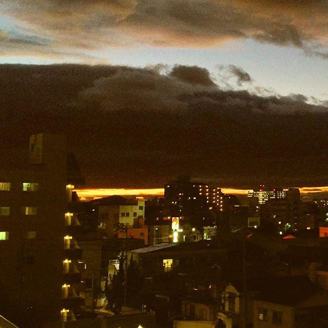 台風一過で日没時の空が、なんとも言えない不気味さ満点だった。厚い雲と地平線の間の細いオレンジの筋が夕焼け。なんだか胸騒ぎのする、ちょいおどろおどろしい景色。|Instagram