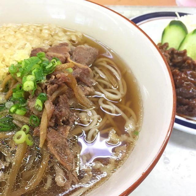 本日のお昼。肉そばに焼肉のお皿追加したら、肉だらけww 満腹ですにゃ。#肉そば #松山生協食堂 #お昼ごはん #満腹 #げふぅ Instagram