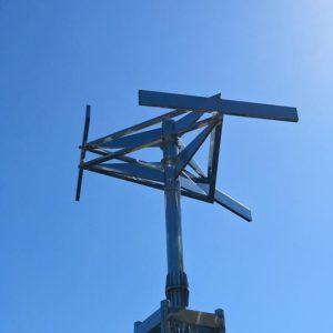 なんてぇ青空だよ。カラダポカポカ気持ちいいじゃねぇか。日向ぼっこにゃいい天気だよ。#青空 #松山市 #コミセン #ナゾのオブジェ #秋晴れ #iphone7plus