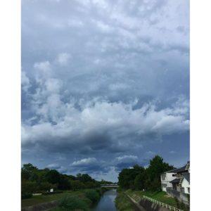 台風の影響で雲の動きが速い松山市。晴れ間が見えるのにどんよりした空模様。不思議な景色。#台風 #晴れ間 #松山市 #石手川 #どんよりした雲 #なんかざわつく Instagram