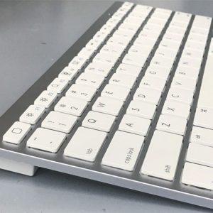 昨日の戦利品。アップル純正ワイヤレスキーボード…によく似たキーボード。iOS向けホームボタンがあったりしてて、打鍵感もまずまず。英語配列キーボードだけど、そんなに気にならない。これで1000円だから、まぁいいでしょう。ハードオフ様、感謝。#ハードオフ #bluetooth #キーボード #アップル純正じゃない|Instagram