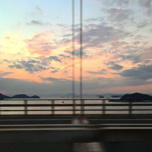 瀬戸大橋の車窓から。島々を照らす夕焼け〜♪ #瀬戸大橋 #夕焼け #島々 #高速道路爆走中|Instagram