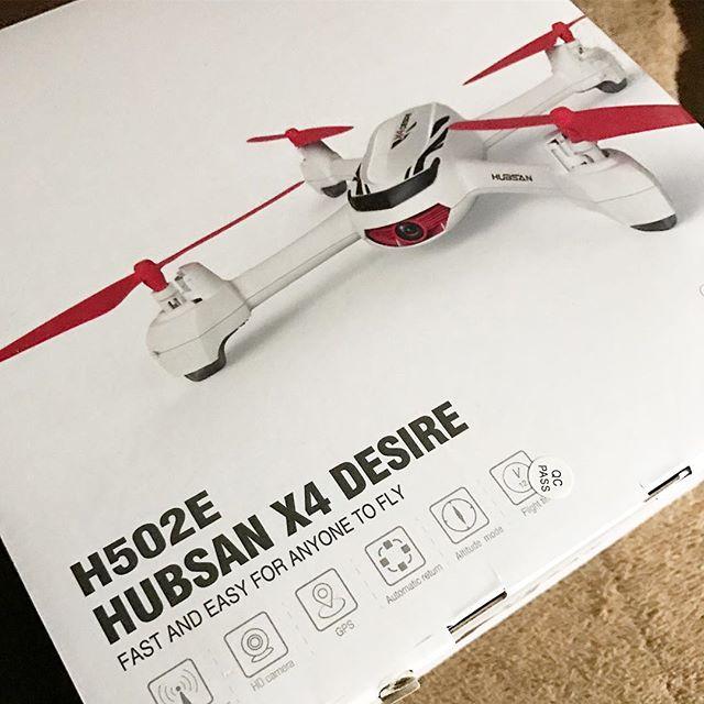 仕事で夜遅くなって帰宅したら…待望のシロモノが届いてたー!GPS搭載の200g以下トイドローン、HUBSAN X4 DESIRE H502E!ちらっと中を確認したら、ベアリング搭載の初期モデルでした!ちょっとうれしいww