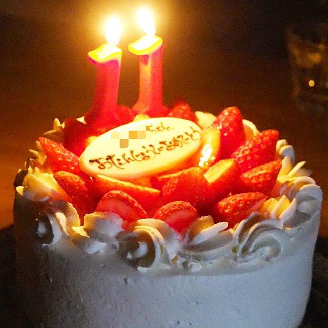 今日は、次女たんの11歳の誕生日でした。夕食後にケーキでお祝い。今回のバースデイケーキは、mikan cafeさんのケーキにしました。生クリームがふわ〜っと口の中で消えてゆく軽やかさ。控え目な甘さでとても美味しゅうございました。家族一同大絶賛。