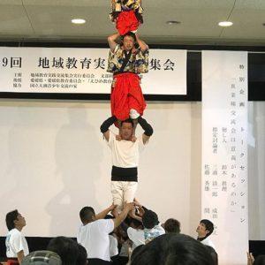 そしてまだまだ、上へ!大人3人の上に子どもが立ち上がるっ!て、なんていうすごさ。見てるこっちの方が怖いわぁ。波方町養老獅子舞、侮れません。