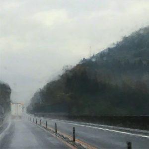 雨でござるよ。まあまあ大粒な雨でござるよ。松山自動車道を爆走中でござるよ。