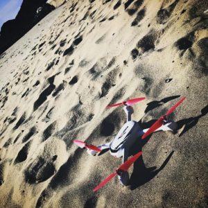 【悲報】ドローン、墜つ。高度30m付近からキリモミしながら落下。墜ちたところが砂浜だったのが不幸中の幸い。左側のモーター2基、逝ってしまいました。うすうす予兆はあったんですけどね…まだモーターのスペアが届いてないのよね…(T_T)