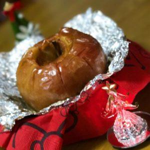 パパがもらってきたリンゴを使って、次女が焼きリンゴを作ったよ。クリスマスアイテムでお飾りした、ちょっとおしゃれなスイーツ、いっただきまーす。