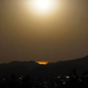 石手川ダム近くの湧ヶ淵公園の展望台に登ってみた。ら、松山空港方面の海に沈みつつある夕陽が、海を金色に照らしていた。あぁ、キレイだねぇ。でも、疲れた。 (OLYMPUS OM-D E-M10/12-50mmで撮影)