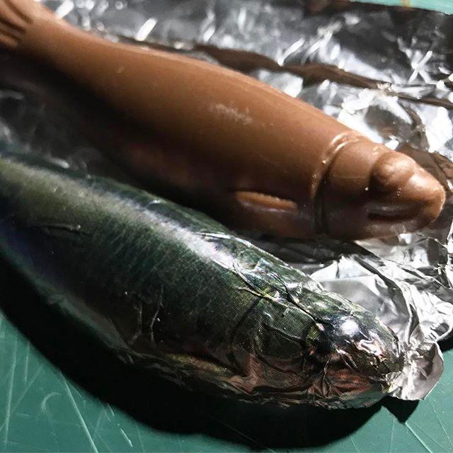 やたらリアルな魚柄の包み紙からのぉ、ゆる〜い魚チョコ。この、ギャップ。たまらんwwwさすがの、嫁ちゃんチョイス。センスグンバツですわww