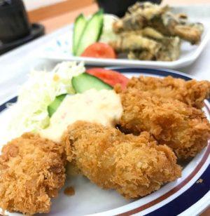 カキフライと、イワシの天ぷらなお昼ご飯。サクサクで、んまいっ!