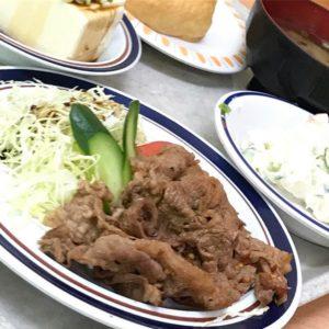 今日のお昼。肉!豆腐!サラダ!おいなりさん!そして味噌汁!満腹でござるのよ、けぷう。