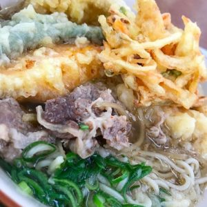 今日も開いてた!生協食堂!で、ちょっと遅れ気味なお昼ご飯。肉そばに天ぷら盛り合わせで、肉天そば!ちょっと豪華なお昼ごはんww