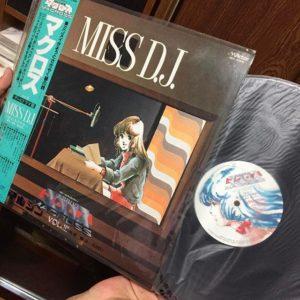 何年かぶりに入った実家の自室の押し入れで…発掘!マクロスのLPレコード「MISS D.J.」。ミンメイ役の飯島真理が喋るわ歌うわのミンメイファンアルバム!懐かしさのあまり持ち帰ったけど、レコードプレイヤーなんか自宅にないよwww