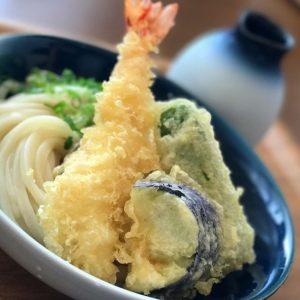 今日は伊予市のうどん屋さん、和みでお昼休みっ。海老天ぶっかけ、揚げたての天ぷらごサクサクでんまいっ!うどんも腰があっていい感じ。美味でしたっ♪