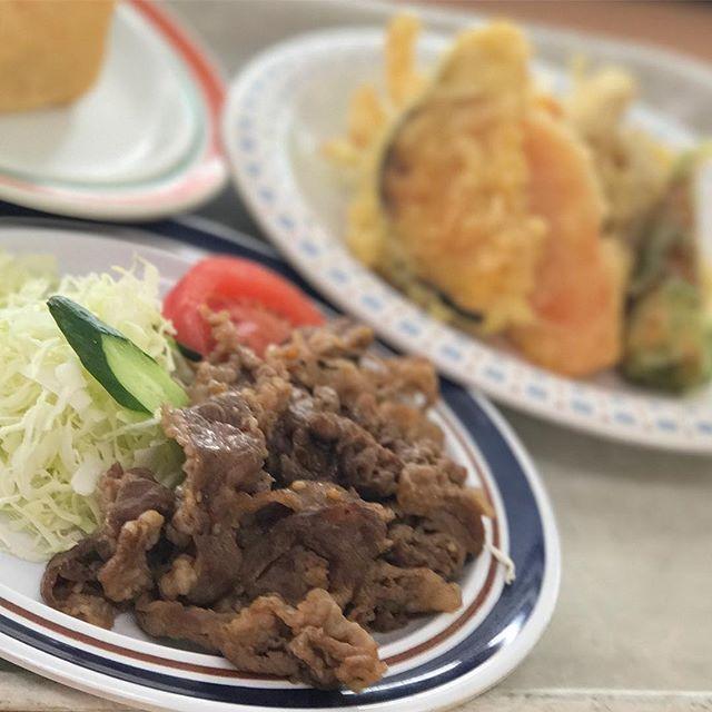 お昼〜久しぶりな生協食堂で、焼肉と天ぷら盛り合わせにおいなりさん1つつけたら満腹プク〜♪美味しゅうございましたっ!