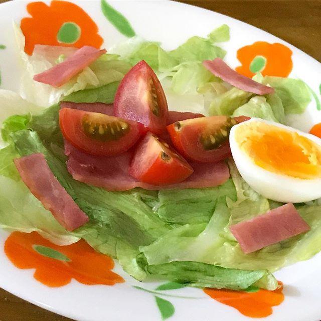 次女(小6)に「朝ご飯作って。サラダがいい」とリクエストしたら、かわいい盛り付けで作ってくれました。んまいっ!