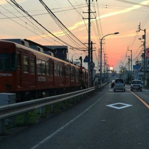 今日の夕日はえらく大きかった。思わず写真を撮ったら伊予鉄も写り込んだ。今日も一日、おちかれさまでした。