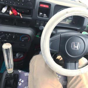 父ちゃんの愛車・軽トラを運転したのですがね。何なんでしょうこの太いハンドルカバーとシフトレバーは。キラキラクリスタルなでっかいシフトレバー、掴む位置が上になるので手首のスナップでスコンとシフトが決まる(その割に遊びが多い)んですけどね、完全にヤンキー仕様じゃないっすか。もしくはトラック野郎一番星★ 文太かよwwwまぁ、昔の仕事が長距離トラック乗りだったので致し方ないですが、父ちゃん御年73歳でございますwww若かりし頃の夢、永遠に…ですな。