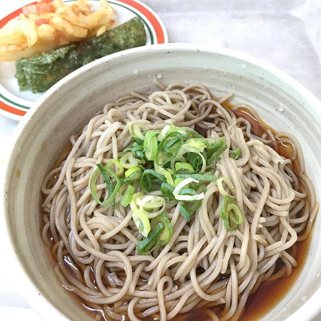 お昼っ。そばんそばん。ちくわの天ぷらとかき揚げつけて、お腹いっぱい♪