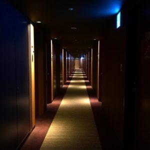 カンデオホテルズ松山大街道。客室の廊下がすばらしくおしゃれー。ゴージャスなホテルというのは雰囲気がよろしいですなぁ。
