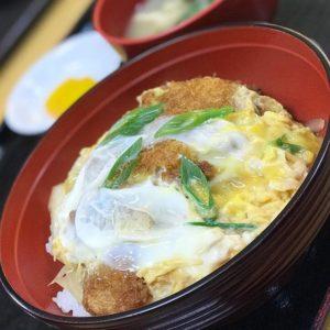 打ち合わせで伊方町にお出かけしたのて、お昼ご飯は…カツ丼っ!㋮食堂でのカツ丼、美味しゅうございました。650円、なり。