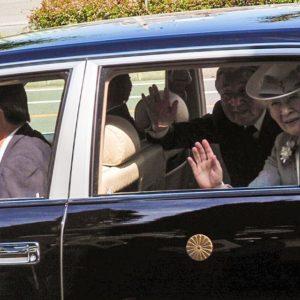 ご奉迎の時に撮影した写真、思いっきり補正してみたら、なんとか車の奥で陰になっていた陛下の微笑みも見られた。国も人も、全てを見守られているとてつもなく大きな優しさを感じたなぁ。