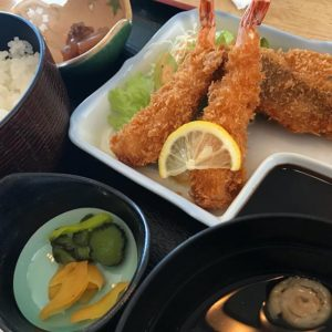 午後から伊方町で打ち合わせ。の前に、保内町の武蔵(たけくら)というお店でお昼。フライ盛り合わせのランチが、500円って、安いっ!しかもんまいっっ!