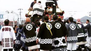 松山市畑寺の桑原八幡神社から出た神輿の鉢合わせ。ガツンという鈍いで、ぶつかった衝撃度合いがわかるかな?いやはや、烈しいねぇ。