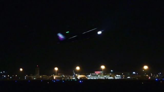 空港の横の公園で夜の撮影、なう。デジイチでライブコンポジット撮影、THETAはインターバル連続撮影中。そしてiPhoneは4K動画。いろいろ使ってはいますが、はてさてどんな結果になるのやら。
