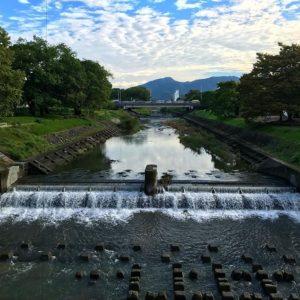 秋の空と石手川。