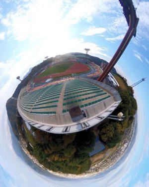 ニンジニアスタジアム(愛媛県陸上競技場)の最上段席で撮影した全天球パノラマ写真を、リトルプラネットにしてみたー。ていうか、最上段席、高くて怖い…サッカーの応援とかで夜にココまで行け!って言われたら、ちょっとイヤかも…。 #リトルプラネット #ニンジニアスタジアム #theta360 #愛媛県陸上競技場 #高くて怖い #おしっこちびる #青空がキレイ