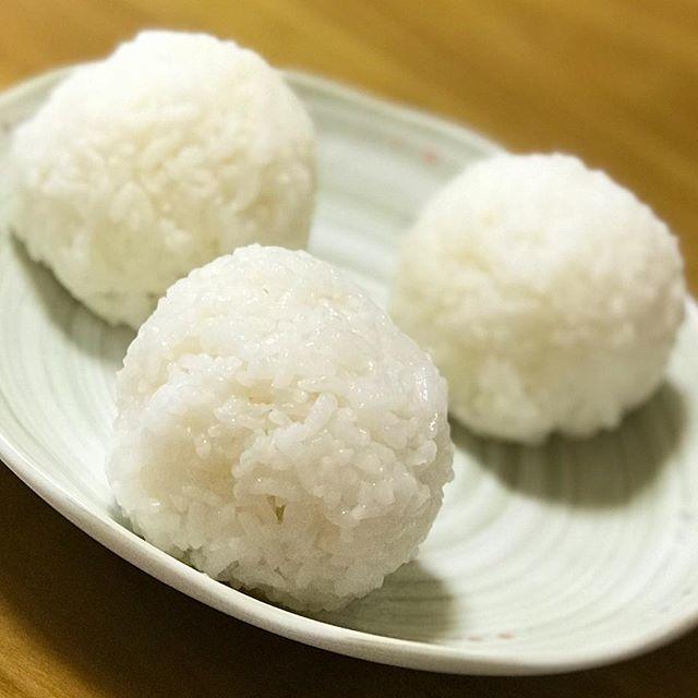 次女が塩むすび、つくってくれたー!昨日のNHK「今日の料理」で見たそのままに、素晴らしい味!土井善晴先生が降臨してましたwww旨かったー!! #塩むすび #土井善晴 #今日の料理 #NHK #旨い #美味しい #白ごはん