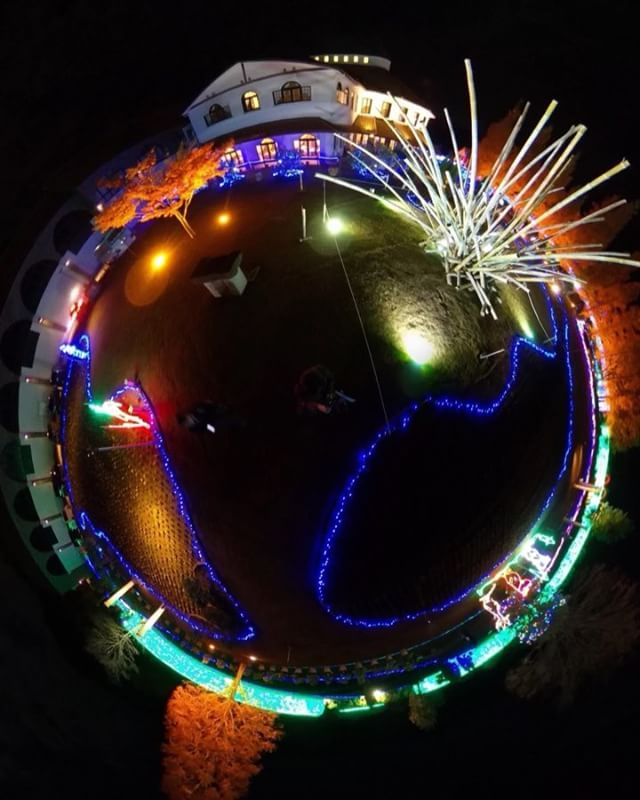 今治のタオル美術館ICHIHIROで撮影したパノラマ写真を動画風に加工してみた、の図。イルミネーション、なかなかに楽しめました。#今治 #タオル美術館 #THETA #パノラマ #全天球 #イルミネーション #夜景