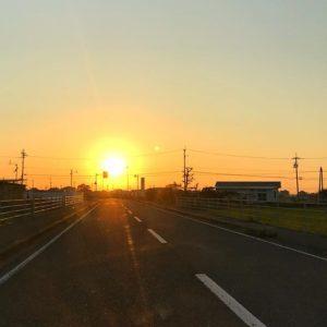 伊予平野にしずむ夕陽。明日もいい天気になりそうだなぁ。