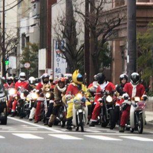 今日のお昼頃に見かけたバイクのツーリング集団。サンタコスやらクリスマスツリーコスでめっちゃ楽しそう!しかもほとんどがカブwwwええもん見たわーwww