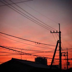 自分の部屋のガラクタどもを片付けて、ふと、外を見るとキレイな夕焼け。紅く染まった夕焼け空。うゆ、いい年の瀬だ。年賀状はまだできてないけれど(T . T)