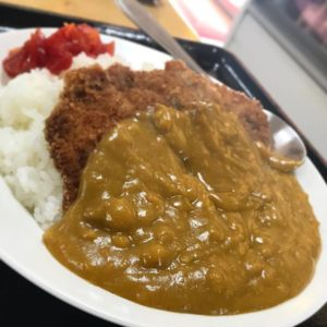 本日より、伊方町で打ち合わせ!終わりの〜マルマ食堂でカツカレー。素朴な味で美味しゅうございました。