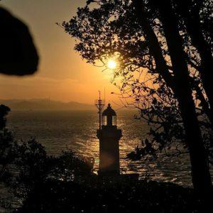 佐田岬灯台、行ってきた-!夕焼けの中のシルエット。なかなかいい写真が撮れた-!(自画自賛)