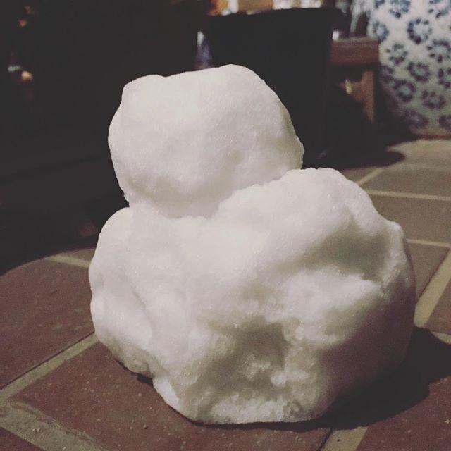 やっぱりねー、雪が降ったらねー、作りますよねー、雪だるま。昨日の夜、帰宅後に次女と作った雪だるま。松山では珍しくちょびっと積もった雪に大はしゃぎな次女(小6)と48歳のおっさんの夜、でした。