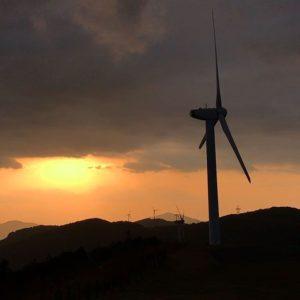伊方町のせと風の丘パーク(風力発電の風車)での夕焼け。風車が回る音、間近で聞くとゾワゾワするんだよぉぉ。恐いけど、カッコイイ。
