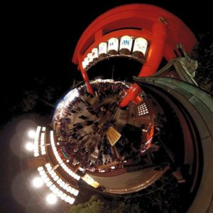 昨日の夜、おじゃましてきた椿さんの境内手前でリトルプラネット。夜というのになかなかの人出でしたわ。#伊豫豆比古命神社 #椿さん #椿まつり #松山市 #神社 #鳥居 #夜 #リトルプラネット #全天球カメラ #パノラマ写真