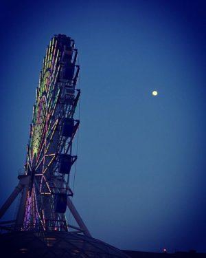 会社の飲み会でビアガーデン。髙島屋の屋上だが…これ、今日は寒いぞっっっ!! てわけで、酔う前に観覧車とお月様。
