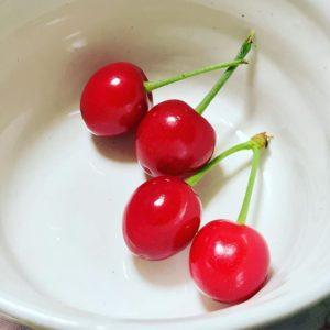 自宅の庭でてきたさくらんぼ。小さくて可愛い。甘酸っぱいけど、ちょっと、酸っぱいのが強いなwwもうちょっと、だなww