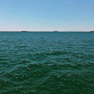 今日は海がエメラルドグリーンに輝いてるなぁ。思わず、エメラルドスプラッシュ!と意味なくシャウトしたくなる昼下がり。