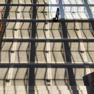 昨日のコミセンの天井から、日がさすとこんな感じに床に影が映ります。ていうか、今日は暑いっ!#oppo #r11s #スマホ写真部