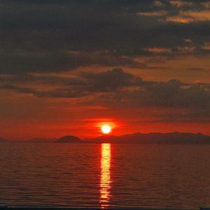 昨日、双海で見た夕陽。海に沈む夕日はドラマチックでいいねぇ。#夕日 #双海 #海 #夕焼け #愛媛県 #伊予市